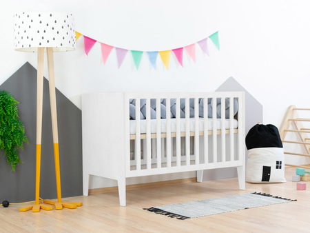 lit bébé, lit pour bébé, mobilier enfant, lit à barreaux, petit lit, lit bébé avec tête et pied de lit pleins, lit bébé en bois, lit à barreaux en bois